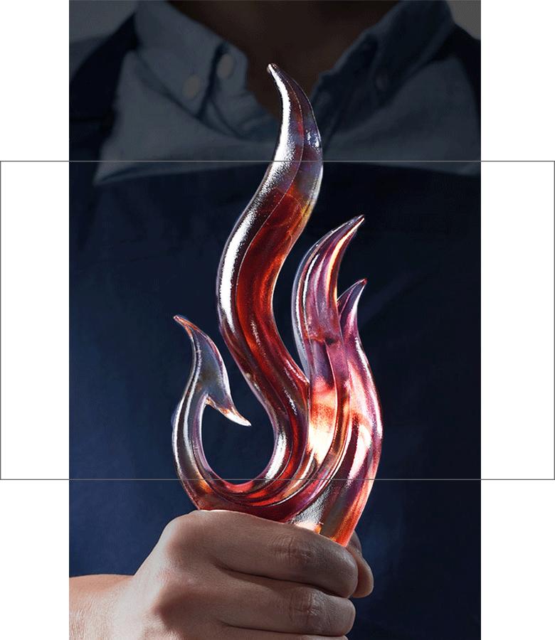 诺格精艺琉璃奖杯定制-古法琉璃奖杯手持实物
