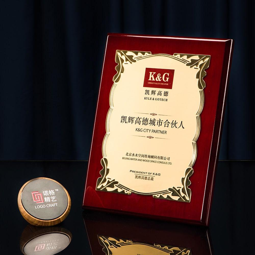诺格精艺进口钢琴漆奖牌金色花丛纹浮雕效果-成都高端奖牌定制