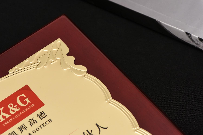 诺格精艺进口钢琴漆奖牌金色花草纹浮雕细节-成都高端奖牌定制