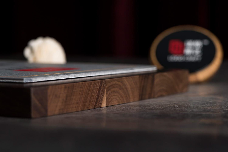 诺格精艺进口胡桃木实木木托侧面细节参考-成都高端奖牌定制