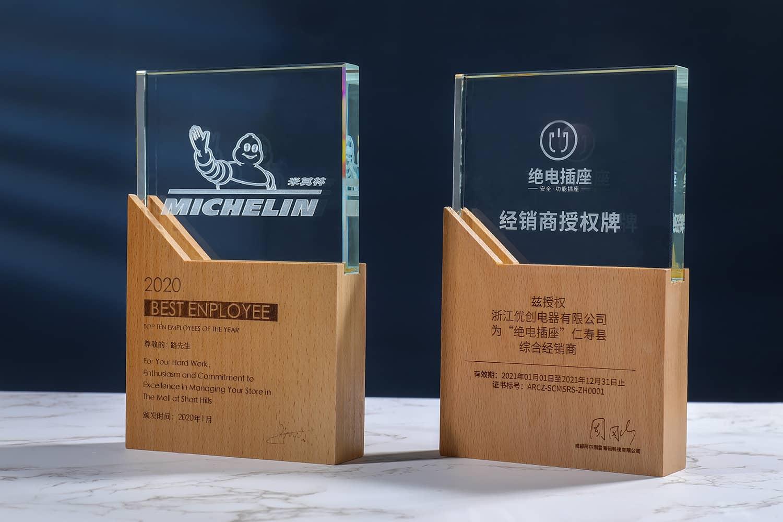 诺格精艺成都实木水晶奖杯定制-榉木水晶奖牌