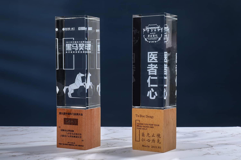 诺格精艺成都实木水晶奖杯定制-榉木内雕水晶奖杯